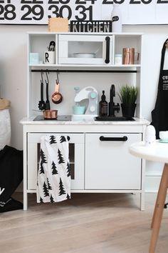 Måla köket vitt, svarta handtag/kran och kopparkärl