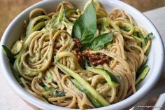 Enjoy your pasta with a clean ,healthy and oil free plant-based pesto sauce made from whole foods. Chicken Skillet Recipes, Healthy Crockpot Recipes, Delicious Vegan Recipes, Healthy Dinner Recipes, Whole Food Recipes, Vegan Meals, Easy Beef Stew, Dinner Bread, Avocado Pesto