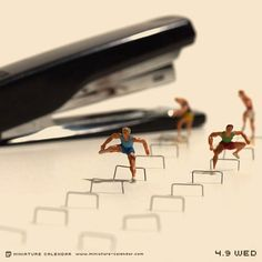 "Japanese artist Tanaka Tatsuya creates miniature diorama for daily calendar since His artwork titled ""miniature calendar"" depicts diorama-style toy people with household items, including food. Miniature Photography, Toys Photography, Micro Photography, Corporate Photography, Figure Photography, Art Des Gens, Photo Macro, Miniature Calendar, Fotografia Macro"