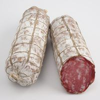 How to Dry-Cure Salami. Dry-cured salami is a style of Italian sausage that, while readily available for purchase, is also simple enough to make at home. You can prepare dry-cured salami without having to cook anything; you only need to make a meat mixtur Salami Recipes, Homemade Sausage Recipes, Venison Recipes, Venison Salami Recipe, Jerky Recipes, Deer Recipes, Wild Game Recipes, Bratwurst, Home Made Sausage