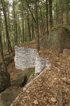 Siegel's paper land art. Muro realizado a partir de la acumulación de papel de diario.
