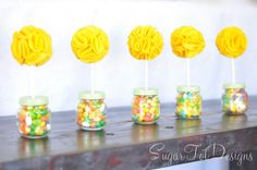 sugartotdesigns: Baby Jar Topiary & felt flower tutorial, would be cute for halloween with reeses. Baby Jars, Baby Food Jars, Lego Themed Party, Baby Food Jar Crafts, Felt Flower Tutorial, Felt Flowers, Fabric Flowers, Paper Flowers, Easter Crafts