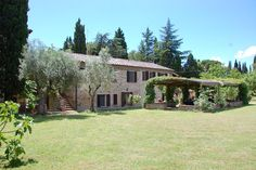 In the centre of Tuoro sul Trasimeno a dream of a holiday rental. An excellent location and at walking distance from the centre. There are two apartments and a large swimming pool.