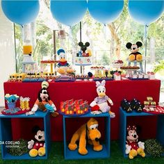 Festa Mickey muito linda por @embaleafesta. Adorei os caixotes azuis! ❤️ #kikidsparty