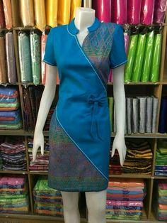 ชุดผ้าไทย Blouse Batik, Batik Dress, Blouse Dress, Myanmar Traditional Dress, Traditional Dresses, Dress Batik Kombinasi, Mode Batik, Batik Fashion, Indian Designer Wear