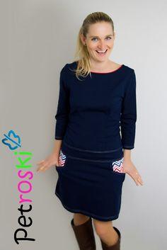 Šaty - cik-cak ...sportovní a zároveň elegantní úpletové šaty z kvalitní stálobarevné bavlny (92% bavlna, 8% elasten).Tmavě modráje prošitábílou nití. Sukýnkas funkčními kapsami je mírně doáčka. Kapsy podšitébarevnou látkou se vzorem. Výstřih olemovaný červenou. V případě zájmu zašlete Vaše míry a my je ušijeme přesně na Vás.