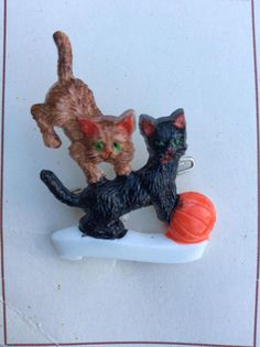 Beautiful dead stock vintage playful kittens brooch!  Lovely brooch which is ideal for a vintage and cat lover  An ideal gift as it has never been worn or used  Circa 60s  Measurements approx  Height- 4cm  Width- 3cm  Please find other jewellery here https://www.etsy.com/shop/foxvintageuk?section_id=21660707