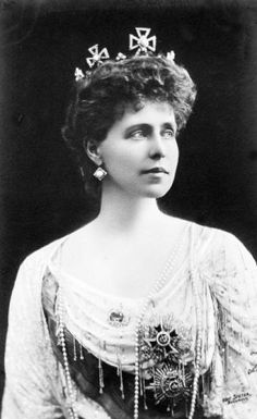 Queen Marie of Romania. Daughter of prince Alfred, granddaughter of Queen Victoria. Royal Tiaras, Tiaras And Crowns, Royal Family Lineage, Michael I Of Romania, Romanian Royal Family, Adele, Royal Families Of Europe, Royal Jewelry, Royal House