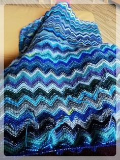 Zickzack-Babydecke I knitted this blanket out of sock wool remainders in shades of blue. It's a lengthy project, but the result is just great. I knit an asymmetrical version of the zigzag pattern Chevron Baby Blankets, Baby Blanket Crochet, Crochet Baby, Knitting For Beginners, Easy Knitting, Baby Knitting Patterns, Knitting Designs, Purple Baby, Knit Pillow