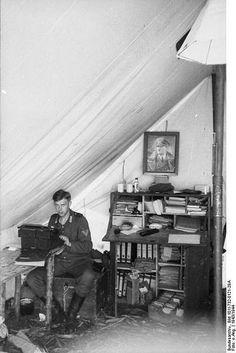 """1943, Union Soviétique, Un """"Obergefreiter"""" reporter de la Division """"Großdeutschland"""" tape un article à la machine à écrire"""