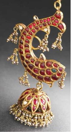 Temple jewellery - fish earrings A great take on the traditional jhumkas India Jewelry, Temple Jewellery, Jewelry Gifts, Gold Jewelry, Ethnic Jewelry, Antique Earrings, Antique Jewelry, Vintage Jewelry, Graduation Jewelry