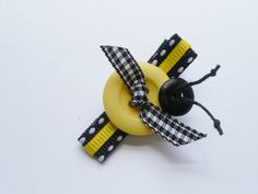 Button My Bee. Boutique Hair Bow by Moll Bell Designs Rainbow Loom Charms, Rainbow Loom Bracelets, Bee Crafts, Sewing Crafts, Do It Yourself Inspiration, Diy Accessoires, Ribbon Sculpture, Boutique Hair Bows, Making Hair Bows