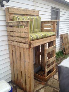 Raised pallet bench, this is cool! Could definitely use the bottom part as a dog house.