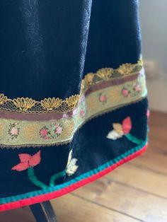 Rødtrøye fra Øst Telemark, rekonstruert etter eldre draktdeler fra før 1860 | FINN.no Fashion History, Zip Around Wallet, Anna, Scale Model