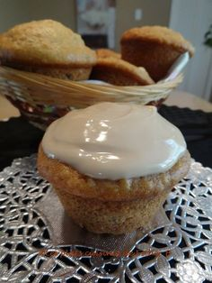 Muffins aux pommes, érable et yogourt Easy Desserts, Delicious Desserts, Dessert Recipes, Yummy Food, Dessert Ideas, Apple Recipes, Muffin Recipes, Fall Treats, Oatmeal Cookies