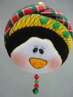 esferas PINGU Felt Christmas Decorations, Christmas Bird, Snowman Decorations, Felt Christmas Ornaments, Christmas Sewing, Christmas Embroidery, Christmas Fabric, Christmas Projects, Penguin Ornaments