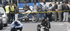Seis sujetos, dos vestidos con el uniforme del Colegio Mejía y tres disfrazados de policías municipales, intentaron asaltar un auto blindado en donde se iba a trasladar dinero de la bóveda del Banco Nacional de Fomento (BNF), ubicado en la intersección de la calle Antonio Ante y avenida Diez de Agosto, centro de Quito.