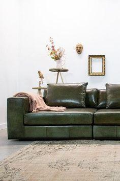 De Industriële bank Block van Station7 is leverbaar in Ambachtelijk hand gepoetst buffelleer en geschuurd leer. De stijl is robuust en stoer, met een eigentijdse maar tijdloze wijze van finishing van de materialen. Je geniet van de mooie combinatie van zitcomfort, uitstraling en productkwaliteit. #bank #couch #sofa #woonkamer #zithoek #interieurinspiratie #interiorinspiration #industrieel #industrial #buffelleer Deep Couch, Couch Cushions, Upholstered Sofa, Fabric Sofa, Sectional Sofa, Interior Inspiration, Living Room Decor, Furniture, Home Decor