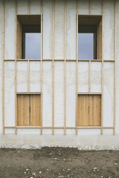 Fabulous wooden windows - take a look at our page for way more recommendations! Architecture Design, Minimalist Architecture, Architecture Portfolio, Structure Wood, Curved Wood, Concrete Wood, Wooden Garden, Window Design, Brutalist
