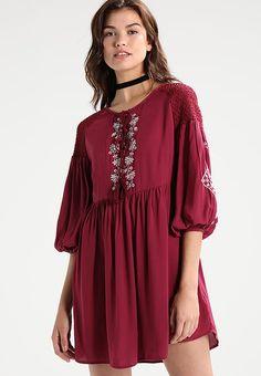b606e615e59 Cameo Rose - Robe portefeuille plissée bordeaux