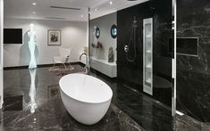 LUXE BADKAMER IN MARMER | BATH | RAINSHOWER | #bathroom #bathroomwelove #bad #shower #rainshower #walkinshower #marmer #marble #badkamer #zwartwit #blackandwhite