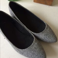 GAP Herringbone Flats These are beautiful herringbone patterned flats that have a hint of sparkle. In great condition. They were a little tight on my size 7 feet so I want them to go to a fitting home.I do not trade or hold itemsPrice Firm GAP Shoes Flats & Loafers
