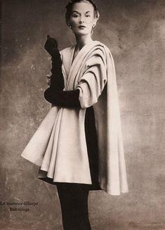La veste-gilet by Jean Patou et le manteau-écharpe by Balenciaga .