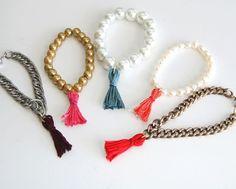 Vier Ideen mit Perlen und Ketten, die mit Quasten beendet sind