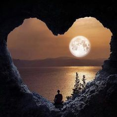 Heart in nature Beautiful World, Beautiful Places, Good Night Beautiful, Simply Beautiful, Heart In Nature, Peaceful Heart, Nature Nature, Shoot The Moon, Amazing Nature