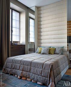 ящички в подоконнике и шкаф вокруг кровати