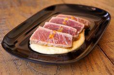 Tataki de atún con mandarina y hummus de almendra.