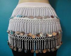 Lenço de quadril para dança do ventre em musseline branca e franjas de crochê branco com bordado em pedrarias e paetês prateados.