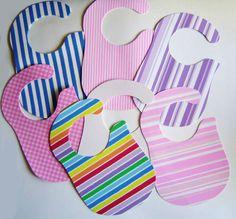 Babetes impermeáveis feitos em espuma impermeável e muito simples de limpar Não incomodam o bébé porque são muito macios