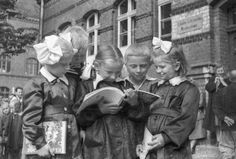 Schoolchildren on the first day back Historical Images, 25th Anniversary, School Projects, Art And Architecture, My Childhood, Vintage Photos, Nostalgia, The Past, Culture