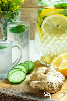 Delicious detox water recipe to stay healthy, hydrated and lose weight. Everyone knows that drinking more water is good for you. Your body needs it-- plain and simple. Add some fruit and or essential oils and you can also detox your body! Digestive Detox, Body Detoxification, Cleanse Program, Lemon Diet, Infused Water Recipes, Homemade Detox, Fat Foods, Detox Your Body, Lemon Water