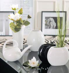 #Vasen aus #Keramik in #Schwarz und #Weiß: zurückhaltend und gleichzeitig aufregend. Wer einen Schuss #Exotik dazugeben möchte, setzt auf einen #Teppich im #Zebra Gewand.