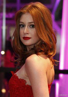 Maquiagem para ruivas: O batom vermelho deve harmonizar com a cor dos cabelos. Marina Ruy Barbosa, que tem os fios acobreados, optou por um tom mais vibrante