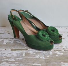 I'd kill to have these 1940's suede green heels in my size