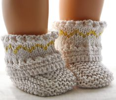 Poppenkleding breien Doll Clothes Patterns, Clothing Patterns, Crochet Slippers, Beautiful Outfits, Baby Dolls, Knitting Patterns, Handarbeit, Yellow, Clothes Patterns