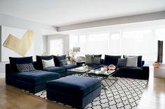 Salón. Amplísimo y luminoso, es el corazón de la casa. Sofás en terciopelo azul marino, de Aldeco para Detela, mesas (de centro y auxiliar) diseñadas por la decoradora y kílim de Kilombo rugs. el óleo es de Tomás Vaquero.