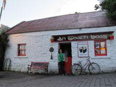 Das Pub - wie ichs mir vorgestellt habe. Foto: Doris Guinness, Dory, Paris, Garage Doors, House Styles, Outdoor Decor, Ireland, Nest, Home Decor