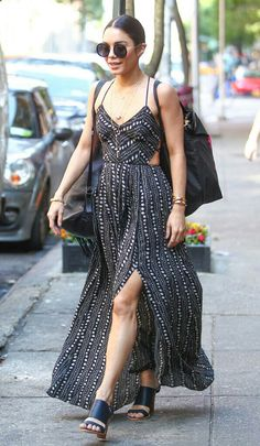 Boa tarde com um #streetstyle descolado, de verão, da Vanessa Hudgens!💫 Ela arrasa com o cabelo preso; óculos redondos grandes; um lindo vestido preto/branco, com recortes; 2 mochilas e uma sandália alta, estilosa. #creative #style #vanessahudgens