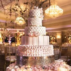 This spectacular @oheka_castle wedding day has us captivated thanks to @brettmatthewsphotography! Florals: @atlasfloraldecorators | Planner: @everythingfabulous4yourevents