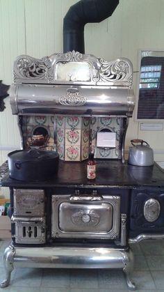 Photo de Ferme J.N Morin. Antique Kitchen Stoves, Antique Wood Stove, How To Antique Wood, Vintage Kitchen, Wood Burning Cook Stove, Wood Stove Cooking, Old Stove, Stove Oven, Cuisinières Vintage