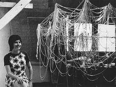 (Imagen: Eva Hesse en su estudio, Nueva York, 1969) (Imagen: Eva Hesse, Atelier) «Querida Eva: aprende a decirle al mundo «jódete» de vez en cuando. Tienes todo el derecho. Simplemente para de preo…