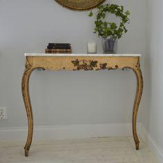 Ljuvlig trimå/konsolbord med vackra detaljer Entryway Tables, Furniture, Vintage, Home Decor, Wooden Couch, Decoration Home, Room Decor, Home Furnishings, Vintage Comics