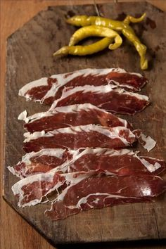 The sausages and cured meats that Spain produces are a testament to the edible magic that results when a pig meets spices and a little bit of curing time. Sausage Recipes, Meat Recipes, Cooking Recipes, Smoker Recipes, Traditional Spanish Dishes, Spanish Food, Cuisines Diy, Food Porn, Pause Café