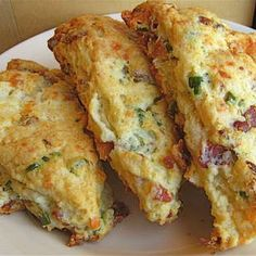 Bacon, Cheddar & Scallion Scones - these look delicious and would be good for an Easter brunch. Quiches, Brunch Recipes, Breakfast Recipes, Scone Recipes, Breakfast Scones, Tea Recipes, Savory Scones, Cheese Scones, Dessert Sans Gluten