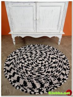 Jednoduché háčkování koberec do kruhu.