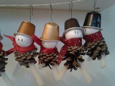 Personaggi Natalizi realizzati con le pigne. Ciao a tutti!Se vi piacciono i piccoli lavoretti fai da te per rendere Magico il vostro Natale siete al posto..
